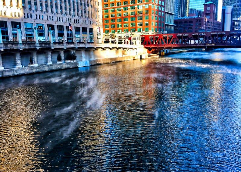 O vapor aumenta de Chicago River enquanto a temperatura mergulha e a água começa a refrigerar para baixo fotografia de stock