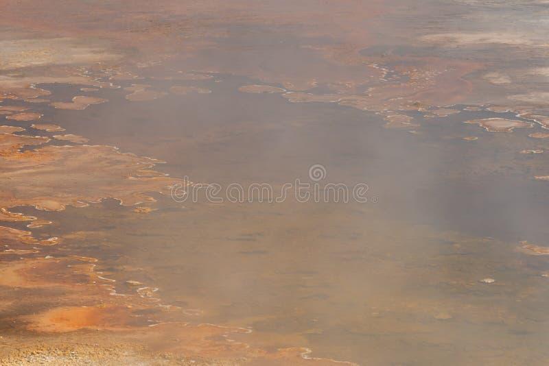 O vapor obscuro atrasa-se sobre a grande mola quente fotografia de stock royalty free
