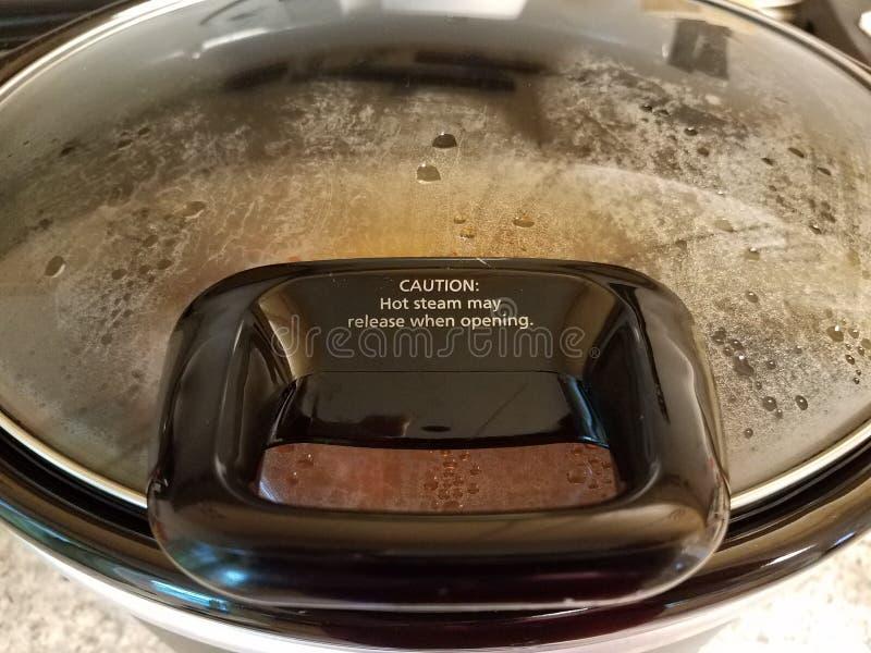 O vapor quente puder liberar-se quando abertura no fogão quente do potenciômetro fotos de stock royalty free