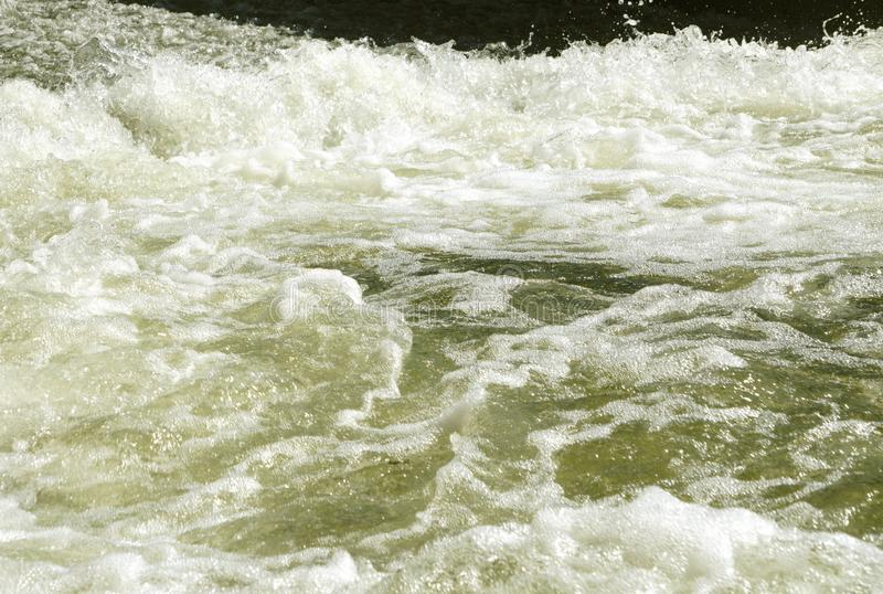 O vapor rápido poderoso bonito do rio da montanha flui entre rochas dos seixos imagem de stock royalty free