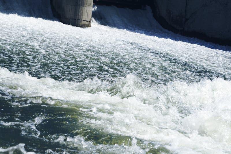 O vapor rápido poderoso bonito do rio da montanha flui entre rochas dos seixos fotografia de stock