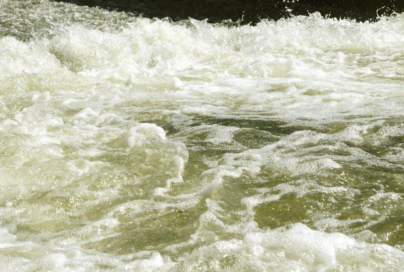 O vapor rápido poderoso bonito do rio da montanha flui entre rochas dos seixos foto de stock