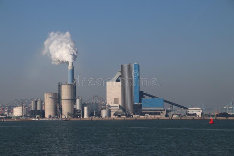 O vapor sai a chaminé do central elétrica de carvão de Engie no porto de Rotterdam Maasvlakte nos Países Baixos fotografia de stock