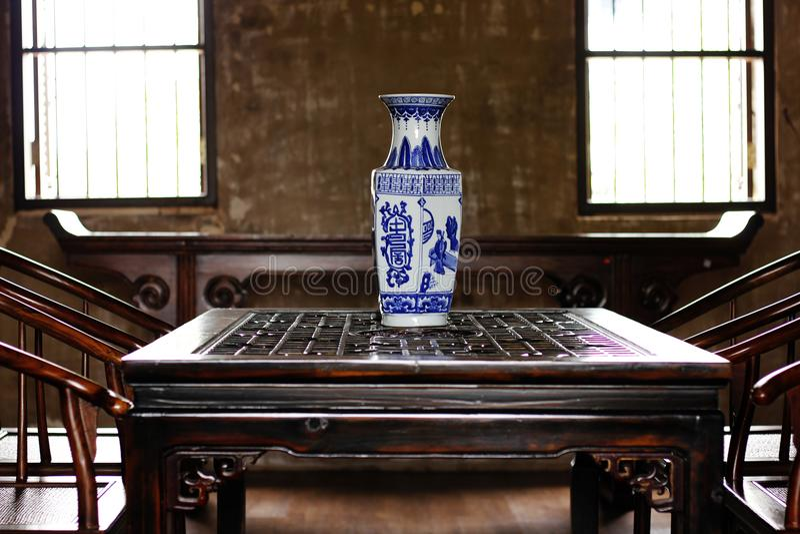 O vaso, Chinaware está em uma tabela do estilo chinês imagens de stock