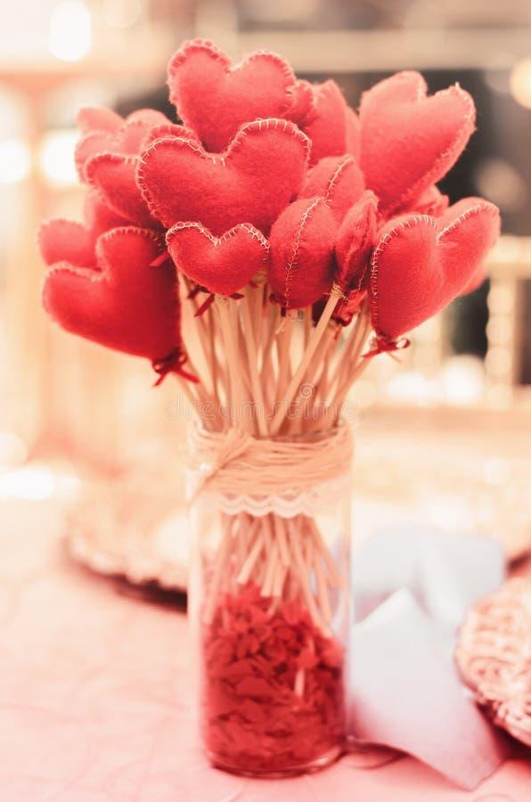 O vaso com um ramalhete dos corações floresce pelo contrário fotografia de stock