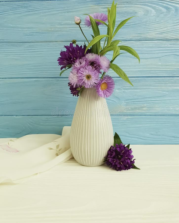 O vaso floresce o sino do ramalhete, arranjo decorativo do crisântemo da mola da beleza roxa da elegância em um fundo de madeira fotografia de stock royalty free