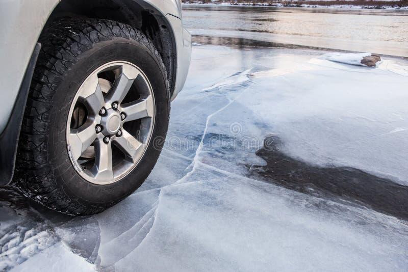 O veículo conduz no gelo fino fotografia de stock