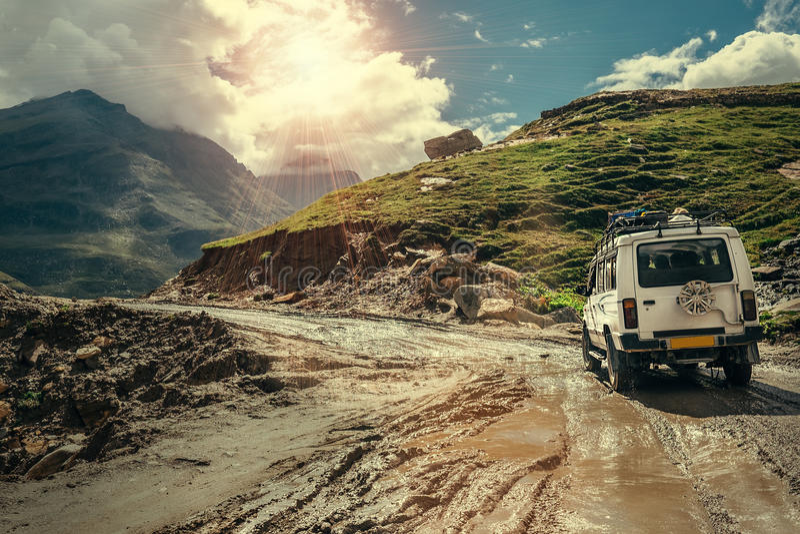 O veículo fora de estrada vai na maneira da montanha durante o seaso chuvoso fotos de stock royalty free