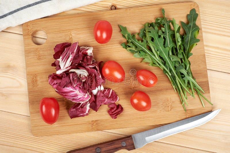 O vegetal e a salada ajustaram-se para um estilo de vida dietético saudável em uma placa de corte fotos de stock
