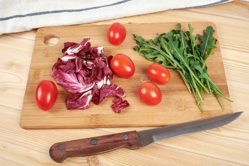 O vegetal e a salada ajustaram-se para um estilo de vida dietético saudável em uma placa de corte foto de stock royalty free