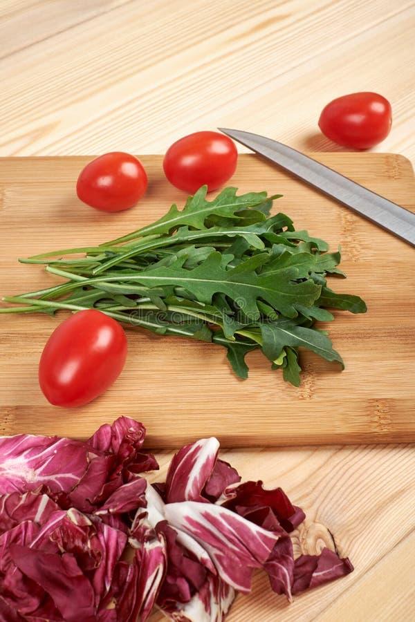 O vegetal e a salada ajustaram-se para um estilo de vida dietético saudável em uma placa de corte foto de stock