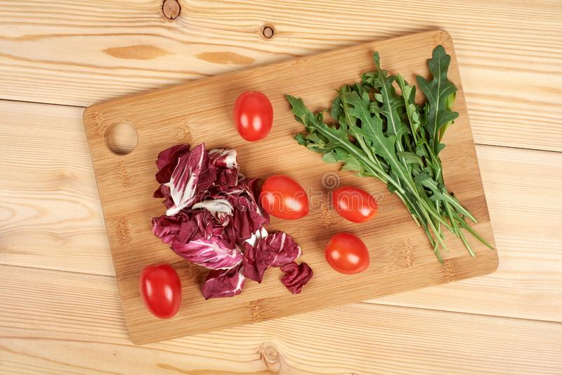 O vegetal e a salada ajustaram-se para um estilo de vida dietético saudável em uma placa de corte imagens de stock