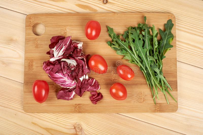 O vegetal e a salada ajustaram-se para um estilo de vida dietético saudável em uma placa de corte fotos de stock royalty free