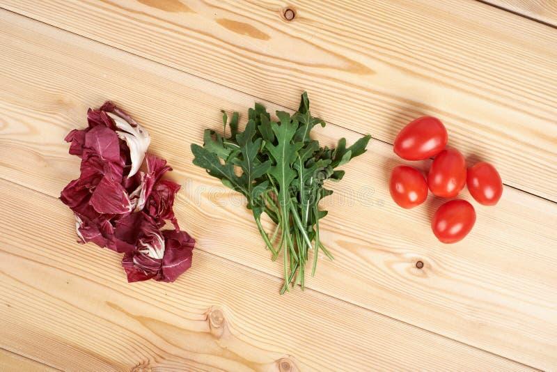 O vegetal e a salada ajustaram-se para um estilo de vida dietético saudável em uma placa de corte fotografia de stock royalty free