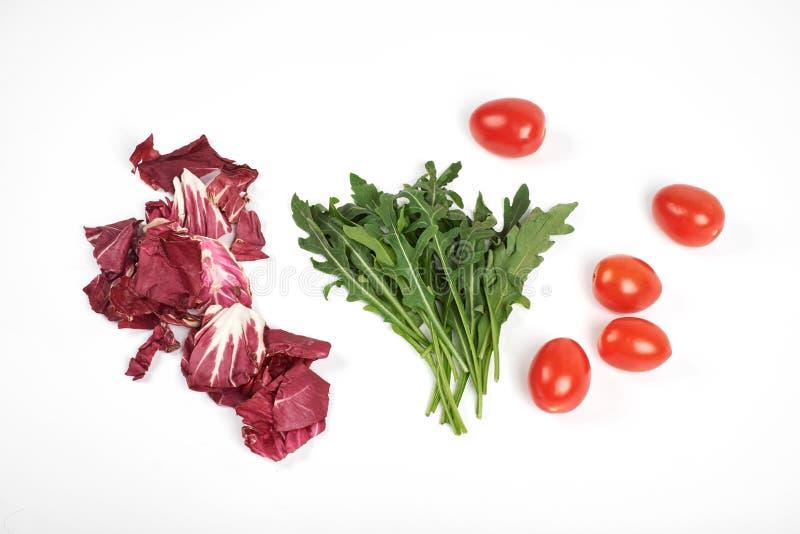 O vegetal e a salada ajustaram-se para um estilo de vida dietético saudável no fundo branco imagens de stock