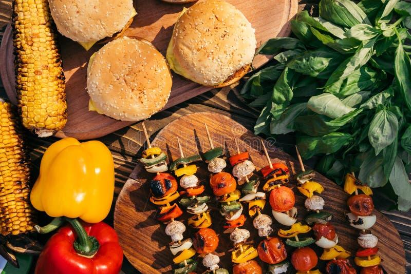 O vegetal em espetos e em Hamburger grelhou para o assado do ar livre fotos de stock royalty free