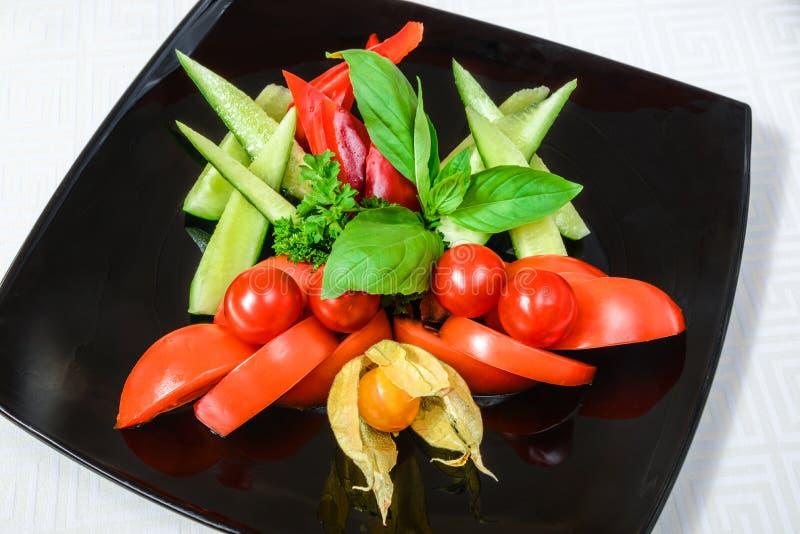 O vegetal saboroso cortou dos tomates, pepinos e pimentas, com h foto de stock royalty free