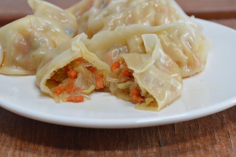O vegetariano cozinhou o molho de soja chinês do molho da bolinha de massa no prato imagem de stock