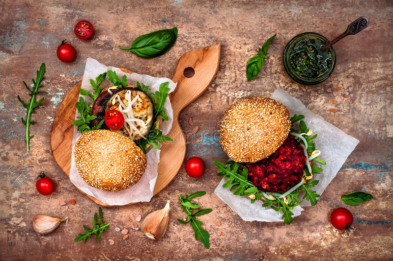 O vegetariano grelhou a beringela, a rúcula, os brotos e o hamburguer do molho do pesto Beterraba do vegetariano e hamburguer do  imagem de stock royalty free
