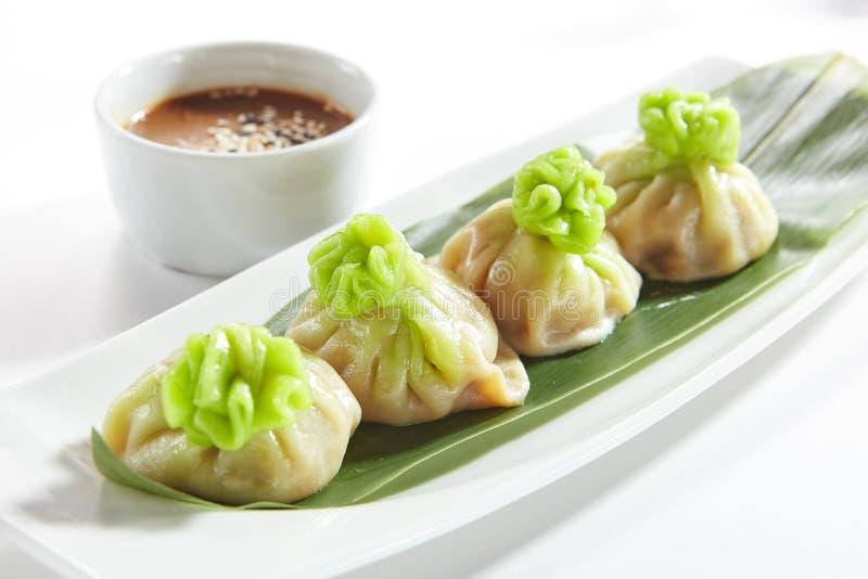 O vegetariano luxuoso Dim Sum, Dimsum ou Momos do serviço isolou-se fotografia de stock