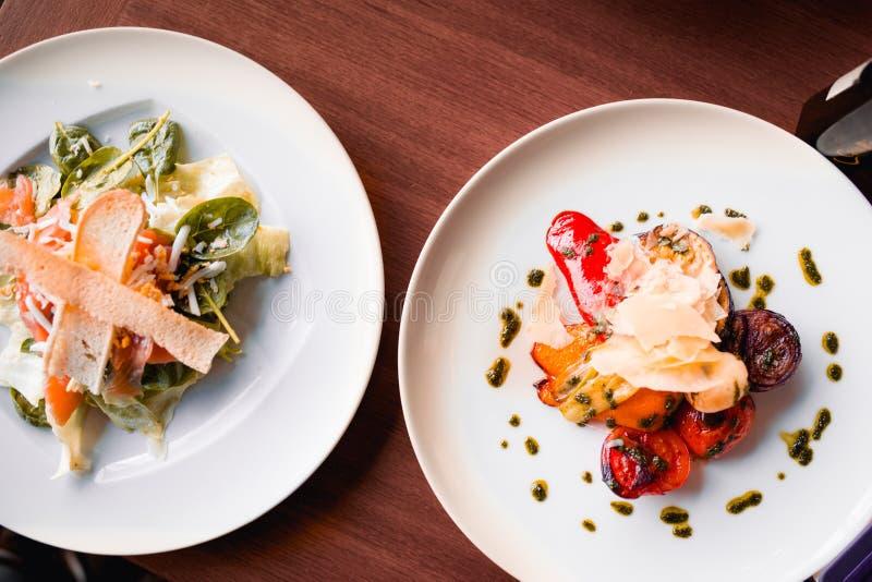 O vegetariano saboroso da grade do close up corta do salmão fumado com pão, rúcula do letuce e queijo no estilo europeu, refeição imagem de stock