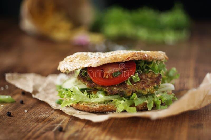 O vegetariano saudável soletrou o hamburguer fotos de stock royalty free