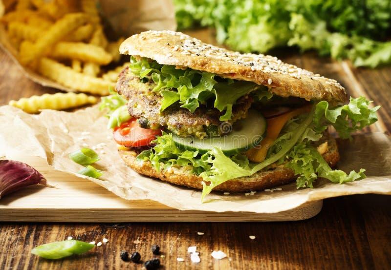 O vegetariano saudável soletrou o hamburguer imagem de stock