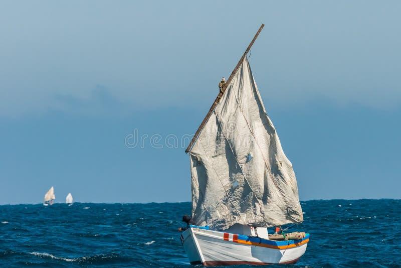 O veleiro rasgado navega o Peru peruano de Piura da costa foto de stock