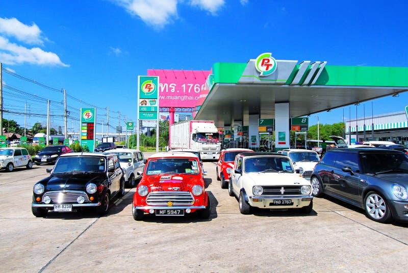 O velho Colorido Austin Mini Cooper estaciona no posto de gasolina fotos de stock