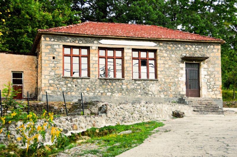 O velho feito da escola de pedra na vila de Zarouhla, localizado em Ach foto de stock royalty free