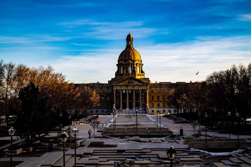 O Velho Mundo encontra novo em Alberta Legislature Grounds, Edmonton, Alberta, Canadá imagem de stock