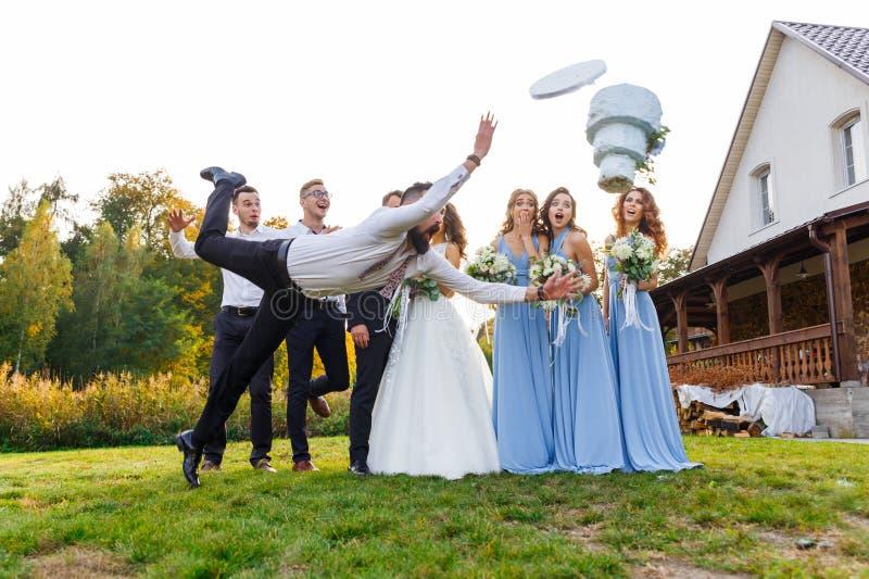 O vencido deixa cair o bolo de casamento fotografia de stock