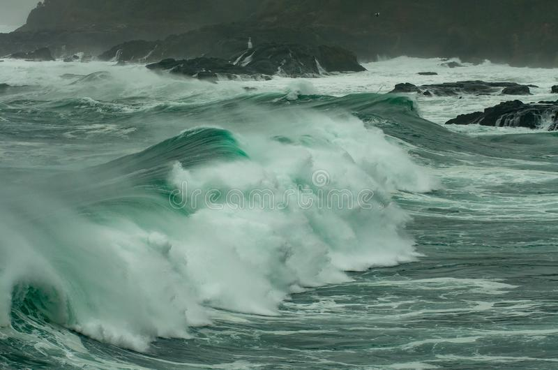 O vendaval e o inchamento grande trazem grandes ondas à costa de Oregon fotografia de stock