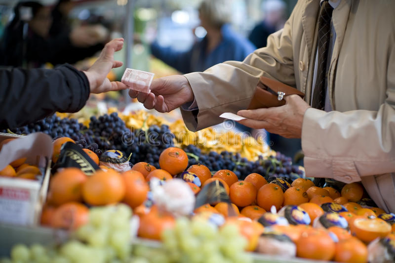 O vendedor aceita o pagamento em um mercado de rua fotos de stock