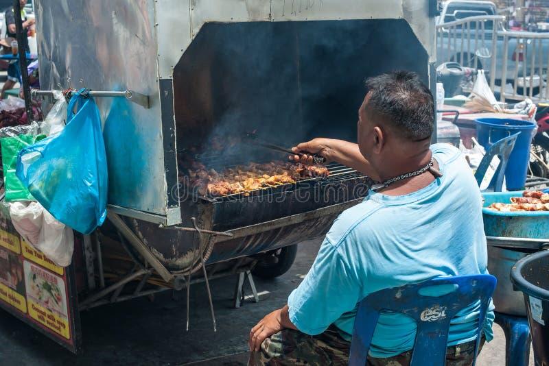 O vendedor ambulante prepara estilo tailandês tradicional a vara grelhada da carne fotos de stock royalty free