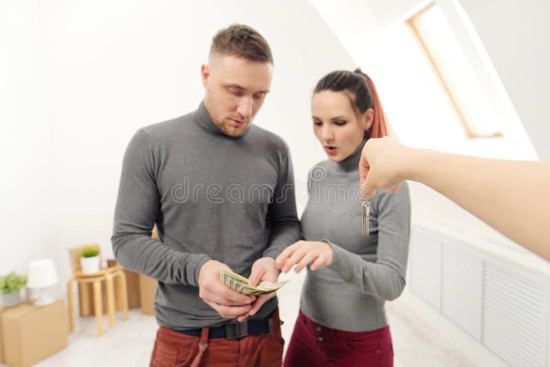 O vendedor dá a clientes as chaves ao apartamento novo imagens de stock royalty free