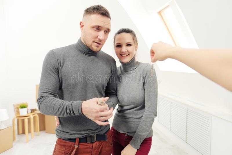 O vendedor dá a clientes as chaves ao apartamento novo fotos de stock