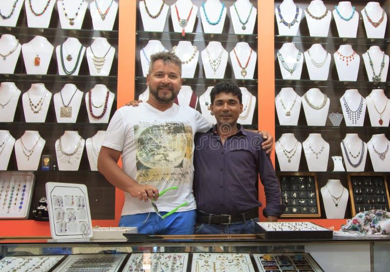 O vendedor e o comprador abraçaram o levantamento na ourivesaria imagens de stock