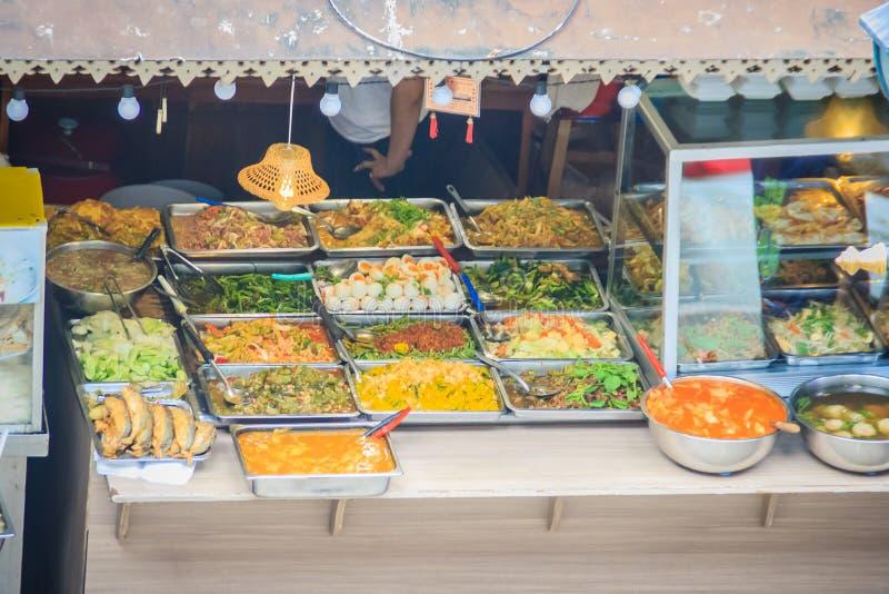 O vendedor não identificado do mercado está vendendo o alimento na rua Os alimentos da rua em Tailândia são fixados o preço razoa imagem de stock royalty free