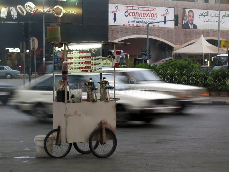 O vendedor nas rodas compra o chá e os cigarros em Tripoli, Líbano foto de stock royalty free