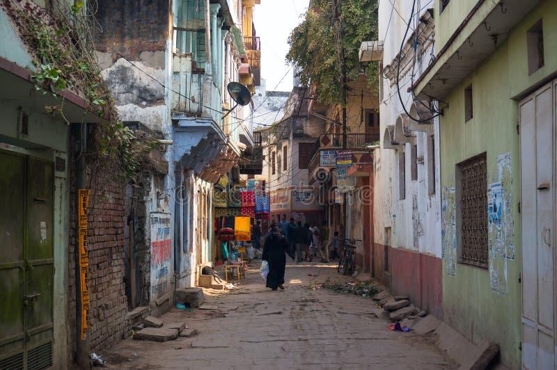 O vendedor vende vegetais e fruto dos carros nas ruas estreitas da cidade índia antiga de Varanasi imagens de stock royalty free
