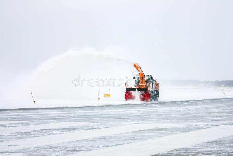 O ventilador de neve limpa o taxiway fotos de stock royalty free