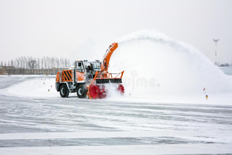 O ventilador de neve limpa o taxiway imagens de stock