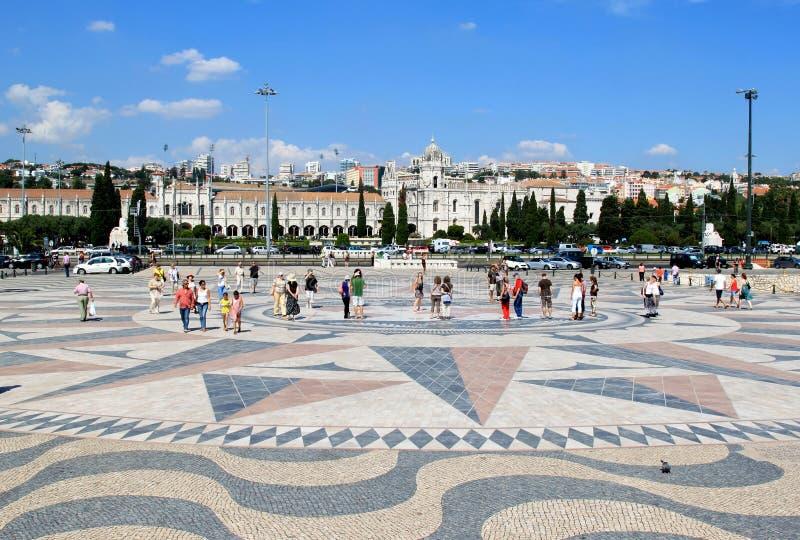 O vento levantou-se no pavimento em Lisboa, Portugal foto de stock royalty free