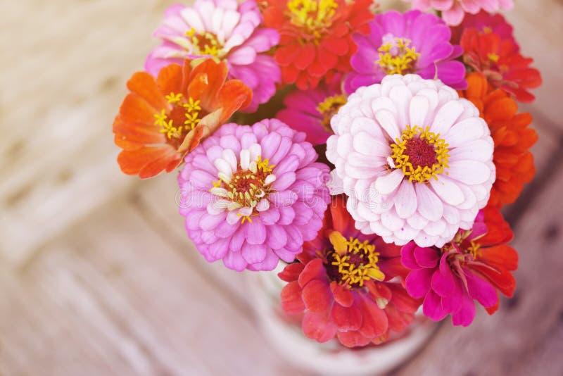 O verão brilhante floresce em uma superfície de madeira velha Fundo do verão com flores fotografia de stock royalty free