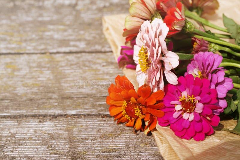 O verão brilhante floresce em uma superfície de madeira velha Fundo do verão com flores imagem de stock