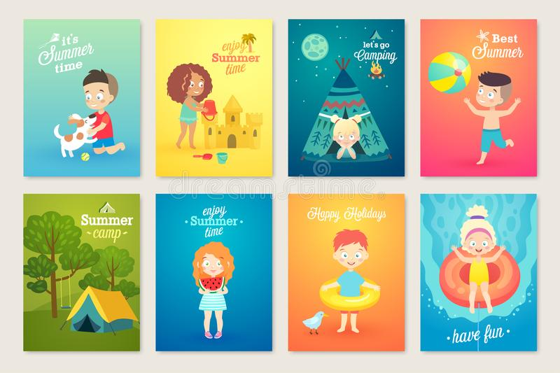 O verão caçoa o grupo de cartão, natação, jogando na praia, acampando e tendo o divertimento ilustração stock