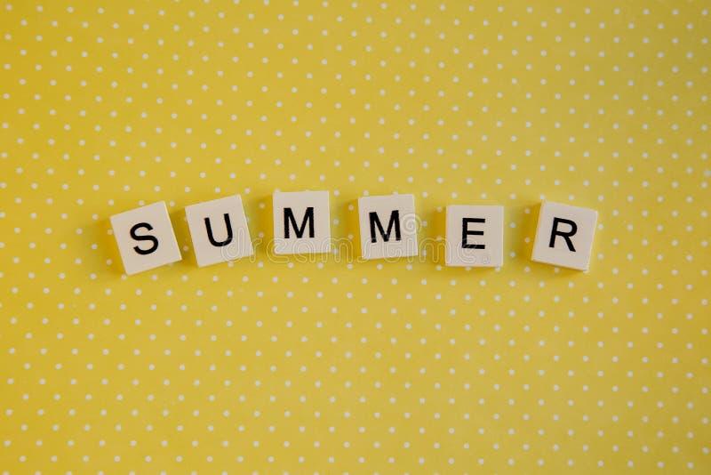 O verão da inscrição nas letras do teclado em um fundo amarelo fotos de stock royalty free