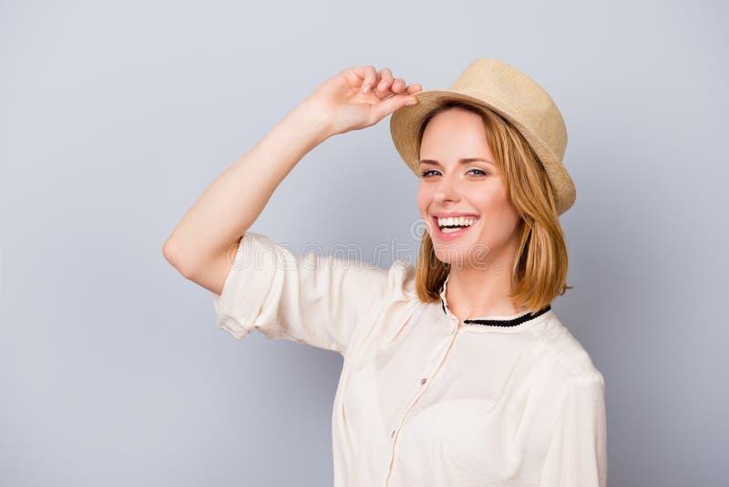 O verão está aqui! Senhora loura de sorriso bonito nova no chapéu no ligh fotos de stock