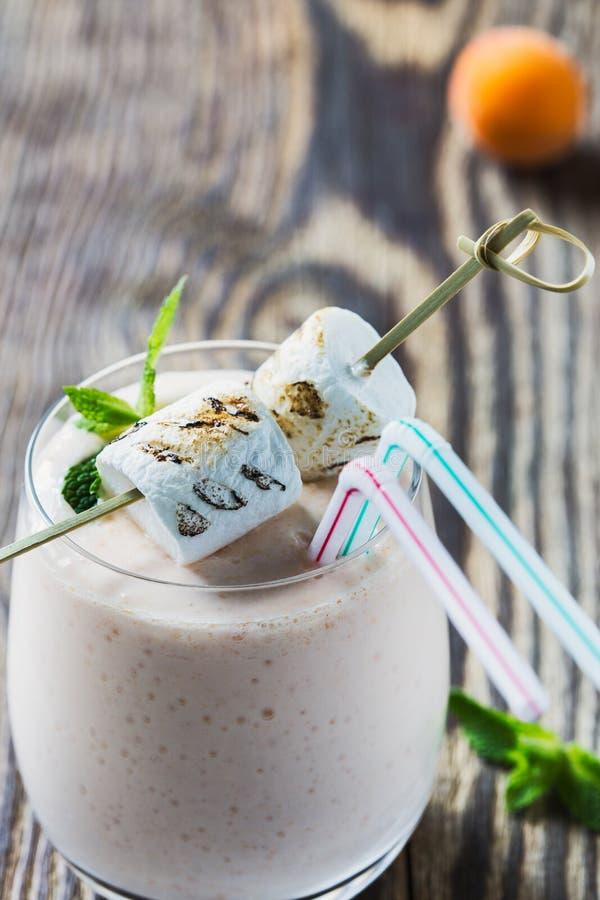 O verão fresco caseiro frutifica milk shake com marshmallow brindado imagens de stock royalty free